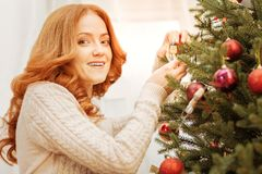 得到迷人的妇女欢乐为圣诞节 图库摄影