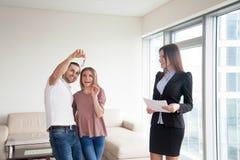 得到钥匙在买公寓、夫妇和房地产以后阿格纳 免版税库存照片