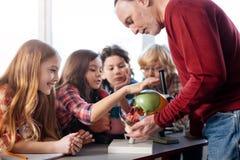 得到难以置信的学校教师击中与很多问题 免版税图库摄影