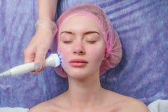 得到面部与氢结合的Microdermabrasion削皮治疗的妇女 免版税库存图片