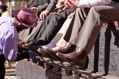 得到鞋子的人在街市城市发光 库存照片