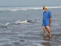 得到年轻在海滩 免版税库存图片