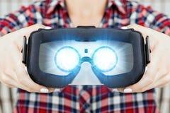 得到经验的女孩使用虚拟现实VR玻璃  免版税库存照片