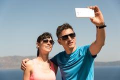 得到selfie的年轻夫妇 库存照片