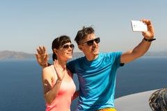 得到selfie的年轻夫妇 免版税库存图片