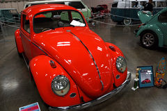 得奖的1963 VW在显示烦扰在车展 库存图片