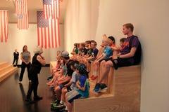 得知美国国旗和麦Ziegler的旗子交换,特性博物馆的小组孩子, 2016年 库存图片
