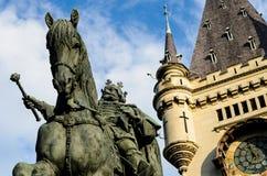 御马者雕象和钟楼 库存照片