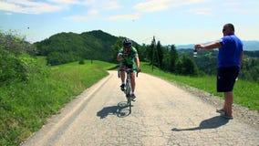 循环上升和给赞许的骑自行车的人伴随汽车 影视素材