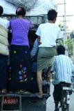 循环与缅甸的女孩的人 免版税库存照片