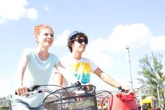 循环反对天空的微笑的夫妇 图库摄影