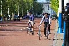 循环和推挤另一辆自行车的人 库存图片