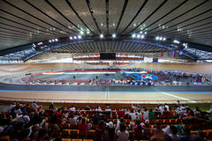 循环在体育场的跑道 库存图片