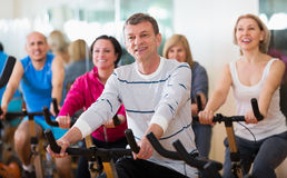 循环在健身房的人们 免版税库存照片