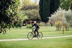 循环在公园的人 库存照片