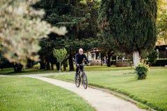 循环在公园的人 库存图片
