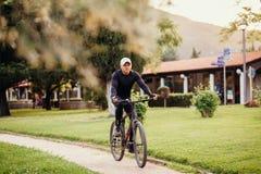 循环在公园的人 免版税库存照片