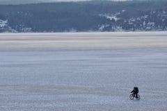 循环在冰山的人 免版税图库摄影