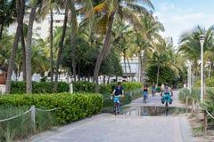 循环在南海滩木板走道,迈阿密,佛罗里达的人们 库存图片