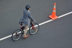 循环在城市道路的一个人的鸟瞰图 库存图片