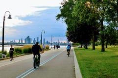 循环在多伦多的人们 图库摄影