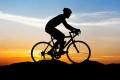 循环在山日落时间 免版税库存图片