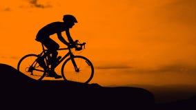 循环在山的人 免版税图库摄影
