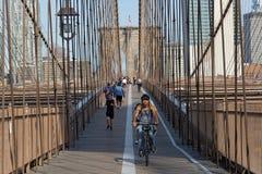 循环在布鲁克林大桥 库存照片