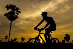 循环在日落 库存照片