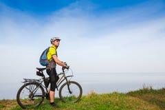 循环在春天公园的年轻骑自行车者 库存图片