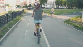 循环在有花的一条路在篮子和探索城市,缓慢的mo, steadicam射击的女孩的侧视图 影视素材