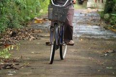 循环在村庄附近,版本14 库存照片