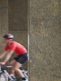 循环在柱子之间的被弄脏的人在门廓 免版税库存图片