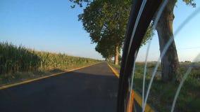 循环在自行车路的城市外面 影视素材