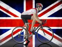 循环在英国国旗旗子前面的男性骑自行车者 免版税图库摄影