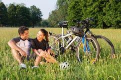 循环在草甸的年轻夫妇 库存图片