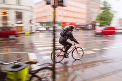 循环在雨中 库存图片