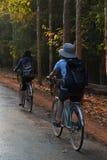 循环在吴哥窟附近的人们 库存照片