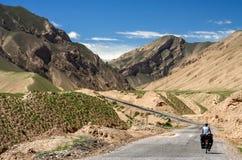 循环往西藏 库存照片