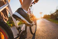 循环户外,紧密在自行车的脚 库存照片