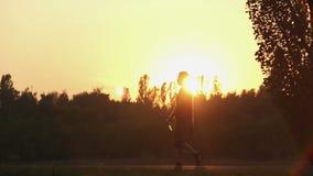 循环活跃的青年人,走与瓶的人啤酒在夏天公园 股票录像