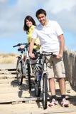 循环由海滩的夫妇 免版税库存照片