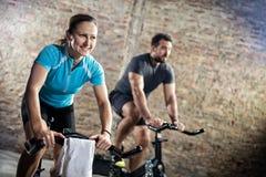 循环的健身训练的微笑的妇女 免版税库存图片