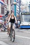 循环的妇女在阿姆斯特丹 免版税库存照片