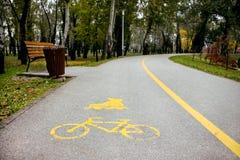 循环的标志和在沥青的轴向滑冰的轨道 免版税库存照片