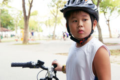循环的男孩查找冲击 免版税库存照片