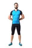 循环的骄傲的坚强的运动的骑自行车者给身分穿衣用后边手手  免版税图库摄影