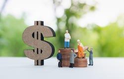 微型为收入的商人和工作者 免版税库存图片