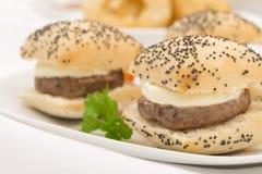 微型乳酪汉堡 免版税库存照片