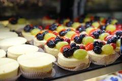 微型乳酪蛋糕用果子 免版税库存照片
